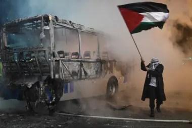 Un hombre protesta con una bandera de Palestina