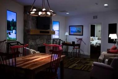 Las pantallas de TV imitan ventanas, con videos que muestran imágenes de fuera de las instalaciones, en una residencia en el Survival Condo