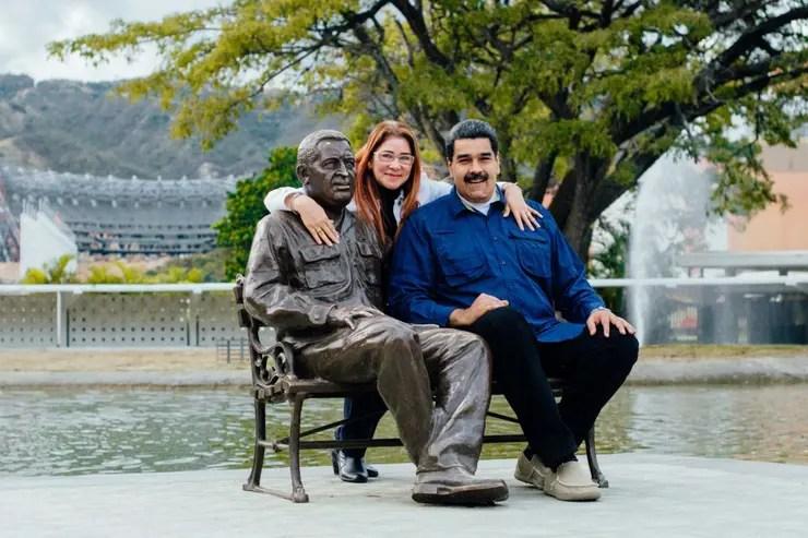Maduro y su mujer, Cilia Flores, junto a una estatua de Chávez en Caracas
