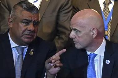 Chiqui Tapia, titular de la AFA; y Gianni Infantino, el presidente de la FIFA