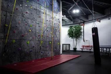 Una pared de roca en una sala de recreación dentro del condominio de supervivencia
