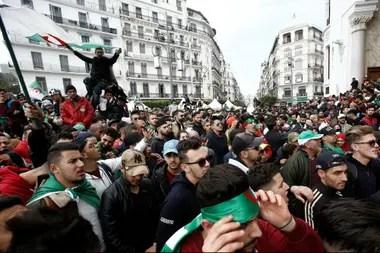 Manifestantes salieron a las calles hoy en Argelia para pedir la renuncia del presidente Abdelaziz Buteflika