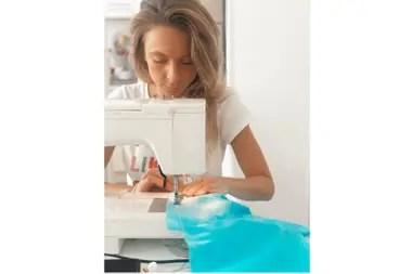 Paz Ruíz Guiñazú una diseñadora de moda que fabrica batas y barbijos para donar