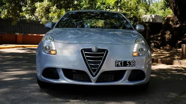 Frontal imponente; la marca registrada del bello diseño a la italiana del Giulietta Sprint