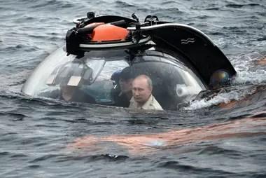 El presidente Vladimir Putin se sumergió en el Mar Negro para ver los restos de un antiguo barco mercante hundido que se encontró a finales de mayo de 2015