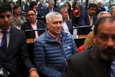 Lázaro Báez, en una de las audiencias por el caso Vialidad; Cristina Kirchner, en el fondo