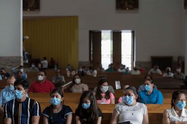 Fieles católicos participan en una misa durante la reapertura de iglesias católicas en la Catedral de Managua, Nicaragua el 4 de octubre de 2020, en medio de la pandemia del coronavirus