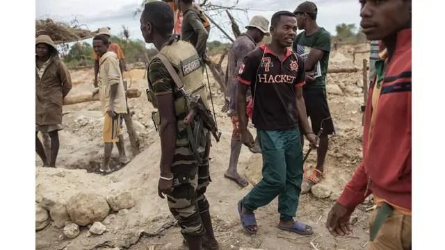 Miembros de las fuerzas de seguridad de Madagascar custodia las minas