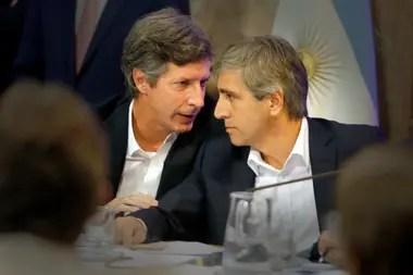 Santiago Bausili, secretario de Finanzas durante la gestión de Cambiemos, junto a Luis Caputo, quien fue ministro de Finanzas y luego sucesor de Federico Sturzenegger al frente del Banco Central