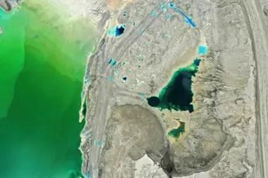 Las gigantescas represas de colores brillantes o aguas azuladas y verdosas alrededor de las ciudades de Coquimbo, Antofagasta, Atacama -en el árido desierto homónimo- y en la región metropolitana, que alberga dos de los más grandes vertederos