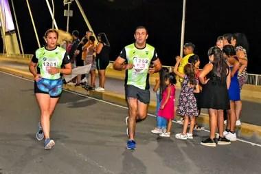 Durante los 10 kilómetros los atletas reciben el aliento de quienes se acercan a ver la maratón