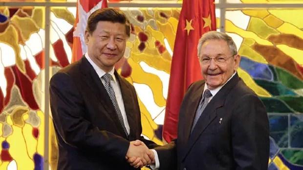 El presidente de Cuba, Raúl Castro (der.), y su homólogo chino, Xi Jinping, han estrechado las relaciones comerciales entre los dos países. Obama busca hacer lo mismo.