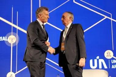 En el encuentro Macri saludó al titular de la UIA, Miguel Acevedo, quien aseguró que el país está