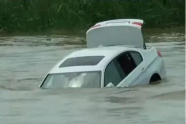 Finalmente, el auto se fue al fondo del río