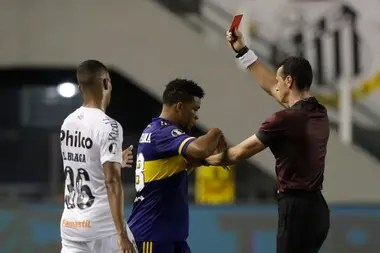 With Boca losing 3-0, Fabra got out of control and stomped on Marinho;  Colombian referee Wilmar Roldán shows him the red card