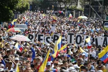 Miles marcharon hoy en Caracas en contra de Maduro