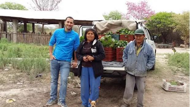 Agustín Mayorga (izq.), de Mikuna, con productores orgánicos de Jujuy