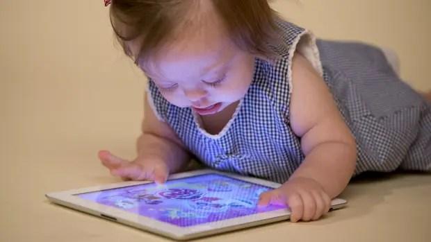 Olivia Gómez Leone con una tableta y las aplicaciones desarrolladas por ASDRA