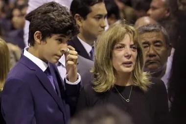 Federico Dantón García llora frente al cajón de su padre; lo acompañó su mamá, Roxanne Cheesman