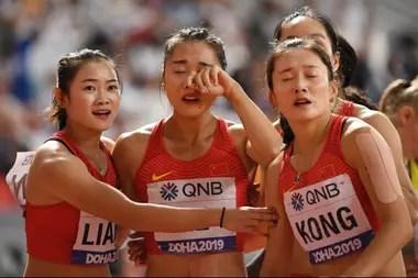 Manqi Ge (en el centro) es consolada por sus compañeras tras la fatídica carrera
