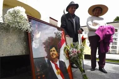 Seguidores de Alan García lo homenajean en el cementerio de Huancayo, a 350 kilómetros de Lima