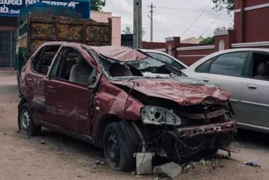 El auto en el que viajaba Rukmani, atacado por la multitud