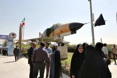 Visitantes se reúnen en el museo de la Revolución Islámica y la Defensa Sagrada de Teherán durante la exposición de drones extranjeros capturados en territorio iraní