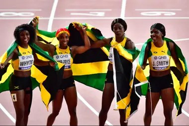 Jamaica, el ganador de los 4x100, con Natalliah Whyte, Shelly-Ann Fraser-Pryce, Shericka Jackson y Jonielle Smith