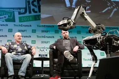 Marc Reibert (der.) presentó a Spot en una conferencia organizada por Techcrunch en Londres. La empresa dijo que los robots estaban en alquiler a la policía