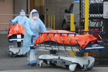 Personal del Wyckoff Heights Medical Center de Nueva York retira los cuerpos de dos personas fallecidas por el coronavirus