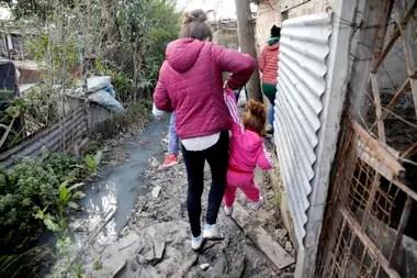 Las lluvias agravan el problema con las aguas servidas dentro del barrio