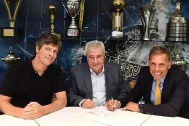 Russo, junto a Mario Pergolini y Jorge Ameal, al momento de firmar su contrato como nuevo entrenador de Boca