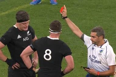Scott Barrett es expulsado ante los Wallabies por el árbitro Jerome Garces. Observa su compañero Kieran Read (número 8), el capitán de los All Blacks: