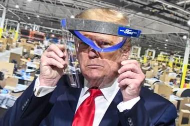 Donald Trump muestra una máscara que le dieron en la fábrica Ford, pero se la entregó a una periodista en el lugar