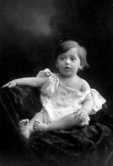 Descendiente de italianos que llegaron al país con la primer oleada inmigratoria antes del fin del siglo XIX, Favaloro nació en un hogar humilde