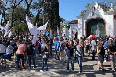 Agrupaciones políticas marchan a favor del presidente Alberto Fernández y el gobierno nacional en Olivos