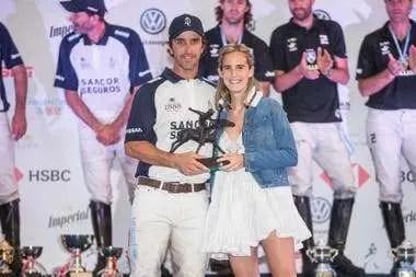 Jesusita Heguy, hija de Gonzalo, le entrega el premio al Jugador Más Valioso de la final de Palermo 2019 a Pablo Mac Donough