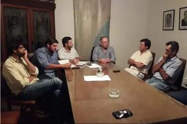 El presidente de la Sociedad Rural de Gualeguay, Luciano Olivera, y Alesio Quattrochi en una reunión con el intendente y autoridades de la ciudad por tema que preocupa a la entidad