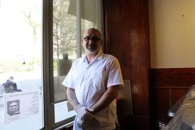 Mike Zoulis, gerente y copropietario del restaurante, aspira a poder volver a abrir en junio