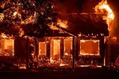 Una casa en llamas durante los incendios en California