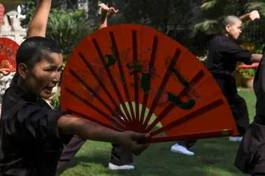 Las monjas se entrenan con aficionados a la lucha, espada en mano
