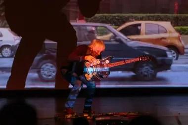 Lee Ranaldo en Mar del Plata en la presentación de Contre Jeur, una performance en colaboración con su esposa, la artista visual Leah Singer