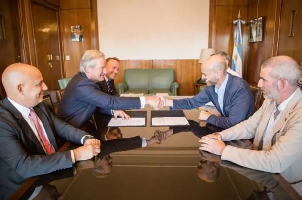 Bjørn Kjos, CEO del Grupo Norwegian y Guillermo Dietrich, ministro de Transporte, se dan la mano