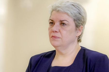 """Sevil Shhaideh luata la intrebari, pe aeroportul Bucuresti, de un tanar! """"Tu de ce n-ai plecat din tara?"""""""