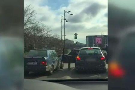 VIDEO SOCANT – Sofer SNOPIT IN BATAIE, in centrul Bucurestiului! Totul a pornit de la o sicanare in trafic!