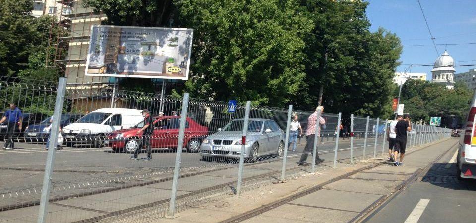Mentalitate de Bucuresti: Sa distrugem gardul pus acolo sa ne protejeze viata!