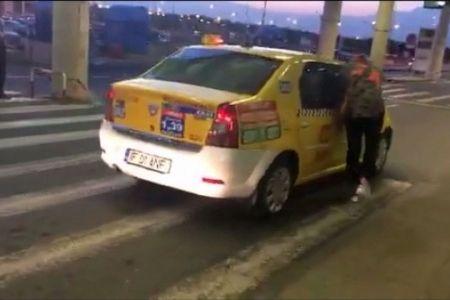"""Turisti straini batjocoriti de un taximetrist. Le-a cerut """"taxa de bagaj"""", apoi a vrut sa fuga cu ei agatati de masina!"""