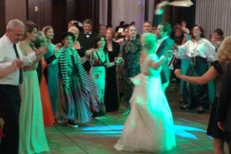 In vreme ce o mie de bucuresteni protestau in Piata Victoriei, Dragnea petrecea la o nunta de lux in Capitala
