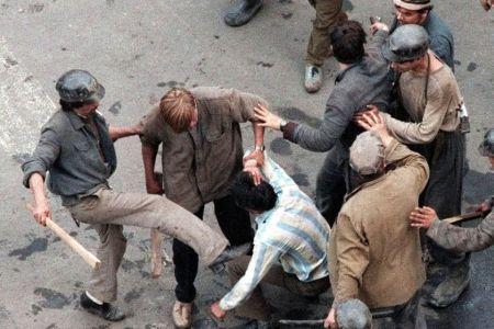 DOCUMENT DESECRETIZAT – Minerii care au facut ravagii in Bucuresti in 1990 au fost echipati si hraniti de Armata!