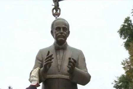 Cum arata statuia Printului de Monaco pe care primaria Capitalei a platit 8 milioane de lei